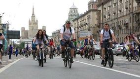 Ciclistas en el desfile del ciclo de Moscú almacen de metraje de vídeo
