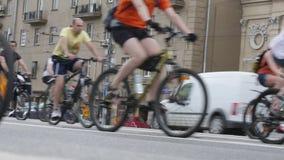 Ciclistas en el desfile del ciclo de Moscú almacen de video