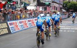 Ciclistas en línea de acabamiento Fotos de archivo libres de regalías