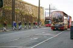 Ciclistas en la calle de Oslo, Noruega imágenes de archivo libres de regalías