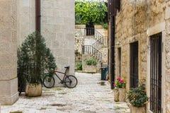 Ciclistas en la ciudad antigua Kotor montenegro Imagen de archivo libre de regalías