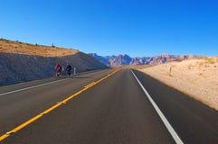 Ciclistas en las montañas Fotos de archivo