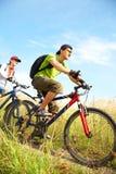 Ciclistas en prado Imagen de archivo