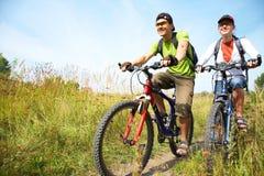 Ciclistas en prado Imagenes de archivo