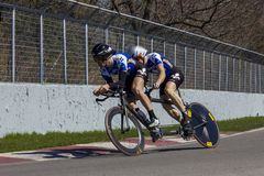 Ciclistas en tándem que practican en pista Imagenes de archivo