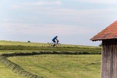 ciclistas en un bikeway en campo rural alemán del sur fotos de archivo