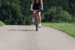 ciclistas en un día soleado del verano en campo alemán del sur foto de archivo