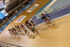 Ciclistas en velódromo Fotos de archivo libres de regalías