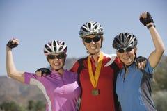 Ciclistas fêmeas que comemoram a vitória fotografia de stock royalty free