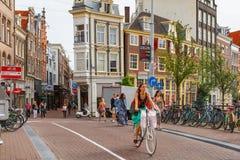 Ciclistas hermosos de la chica joven en el puente Foto de archivo