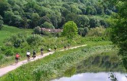 Ciclistas a lo largo de un canal Fotografía de archivo