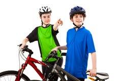 Ciclistas - muchacho y muchacha aislados en blanco Fotografía de archivo libre de regalías