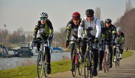 Ciclistas na natureza Fotografia de Stock Royalty Free