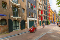 Ciclistas nas ruas de Amsterdão Fotos de Stock Royalty Free