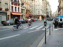 Ciclistas nas ruas de Paris, França imagens de stock