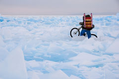 Ciclistas no campo dos montes Foto de Stock Royalty Free