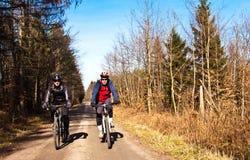 Ciclistas ou motociclistas no trajeto da bicicleta Fotos de Stock Royalty Free