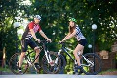 Ciclistas profissionais que levantam perto das bicicletas fotos de stock royalty free