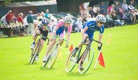 Ciclistas que compiten con en Strathpeffer. Fotografía de archivo