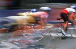 Ciclistas que compiten con en una falta de definición Imagen de archivo libre de regalías