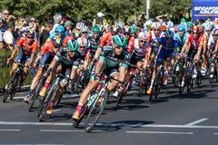 Ciclistas que compiten en el viaje abajo debajo imágenes de archivo libres de regalías