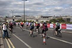 Ciclistas que cruzam a ponte Londres Reino Unido de Waterloo fotos de stock