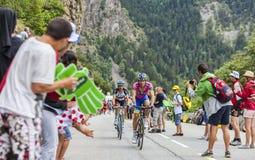 Ciclistas que escalam Alpe d'Huez Imagens de Stock