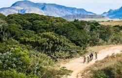 Ciclistas que montam através das montanhas fotografia de stock