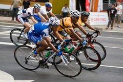 Ciclistas que montan al corriente en la raza Imágenes de archivo libres de regalías