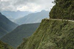 Ciclistas que montan en el camino de la muerte - el camino más peligroso fotos de archivo libres de regalías