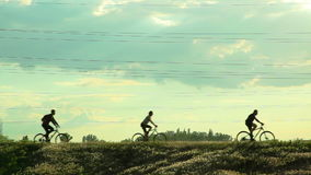 Ciclistas que montan las bicicletas almacen de video
