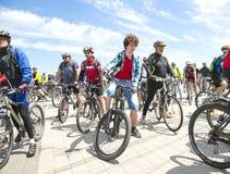 Ciclistas que montan las bicicletas a lo largo del terraplén del Dnipro durante el día de la bici del festival Fotos de archivo libres de regalías