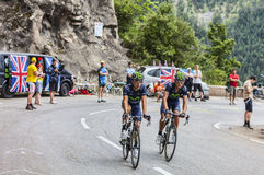 Ciclistas que suben Alpe d'Huez Imagen de archivo libre de regalías