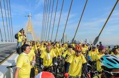 Ciclistas tailandeses no identificados en la bici para el evento del rey Imágenes de archivo libres de regalías