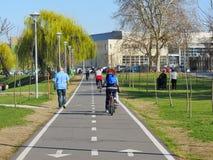 Ciclistas y peatones en carril de la bici Imagen de archivo libre de regalías