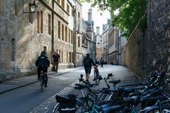 Ciclistas y peatones en la calle de Oxford, Inglaterra Imagenes de archivo