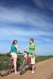 Ciclisti che chiacchierano un giorno pieno di sole fotografie stock libere da diritti