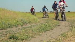 Ciclisti che guidano le biciclette stock footage