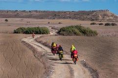 Ciclisti che guidano sulla serpentina della montagna fotografia stock