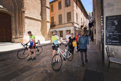 Ciclisti in Città Vecchia Fotografia Stock