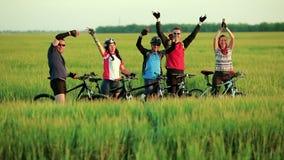 Ciclisti degli amici che ondeggiano in camera stock footage