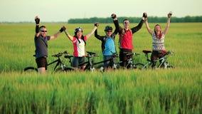 Ciclisti degli amici che ondeggiano in camera video d archivio