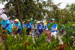 Ciclisti della folla di sbirciata Fotografia Stock