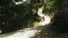 Ciclisti in mountain-bike stock footage