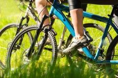 Ciclisti in mountain-bike che indossano il primo piano di riciclaggio delle scarpe Immagini Stock