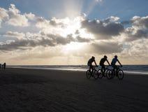 Ciclisti in mountain-bike che partecipano al Egmond-pilastro-Egmond della corsa della spiaggia Immagini Stock