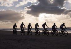 Ciclisti in mountain-bike che partecipano al Egmond-pilastro-Egmond della corsa della spiaggia Fotografie Stock Libere da Diritti