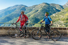Ciclisti nel Alpes-Maritimes Fotografia Stock