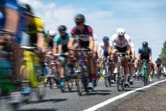 Ciclisti nel moto che corre insieme fotografia stock libera da diritti