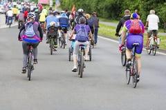 Ciclisti nel traffico sulle vie immagine stock libera da diritti